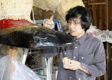 父の後を継ぎ人形師となった岩堀雄樹さん。作業場で来年の三国祭に向けた武者人形作りを進めている=福井県坂井市
