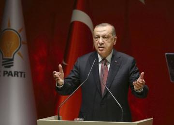 26日、アンカラの与党会合で演説するトルコのエルドアン大統領(アナトリア通信提供・共同)