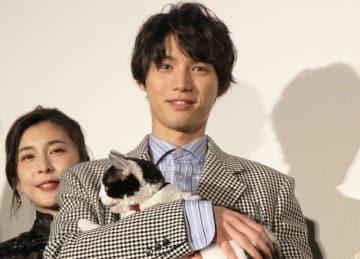 """""""主演猫""""ナナを抱きしめる福士蒼汰"""