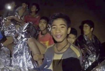 洞窟で発見された少年ら。タイ海軍特殊部隊が7月4日にフェイスブックに公開した