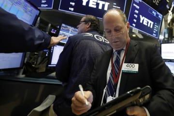 ニューヨーク証券取引所のトレーダーたち=26日(AP=共同)