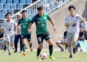 サッカー北信越リーグ1部のサウルコス福井(緑色のユニホーム)の運営は、現行のNPO法人から、新たに設立する株式会社に移行されることになった