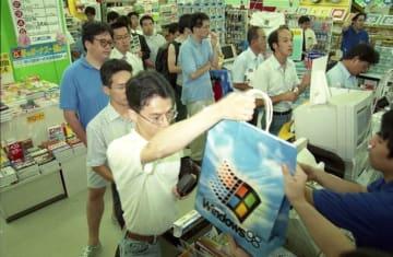 ウィンドウズ98を買い求めるパソコン愛好者ら=25日午前0時過ぎ、長崎市新地町
