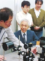 半導体研究所で研究員を指導する西澤さん=2007年2月、仙台市青葉区