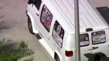 パイプ爆弾とみられる小包が送られる事件に関係している疑いがあるとして、米警察当局が捜査した車両=26日、米フロリダ州(WPLG―TV提供、AP=共同)