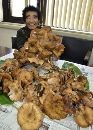 大きなナラタケを手に、満面の笑顔の佐藤雄三さん