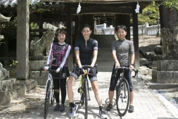 (左から)山本優子さん(「タウン情報おかやま」スタッフ)、福田萌子さん、野島