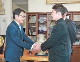 指名あいさつに訪れた日本ハムの栗山監督(左)と握手する金足農高の吉田