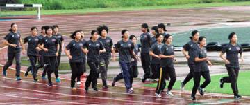 全日本大学女子駅伝を前に練習する立命大の選手たち(立命大びわこ・くさつキャンパス)