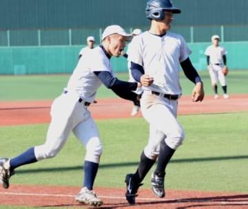 走者をつけた守備練習で連係を磨く上武大の選手=24日、上武大野球場