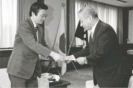 浅野史郎宮城県知事(左)に青葉山県有地の譲渡を正式に要請する西澤さん=1994年11月