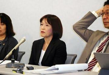 公判後の会見で苦渋の表情を浮かべる青木さん(中央)と弁護団=26日、大阪市北区の司法記者クラブ