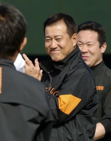 秋季練習で笑顔を見せる巨人に復帰した原監督=川崎市のジャイアンツ球場