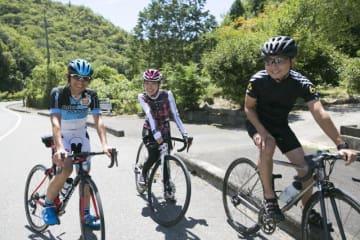 (左から)今中大介さん、山本優子さん(「タウン情報おかやま」スタッフ)、野島
