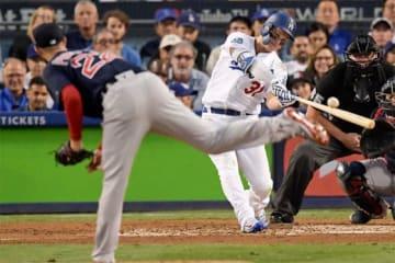 右翼へ本塁打を放ったドジャース・ピーダーソン【写真:AP】