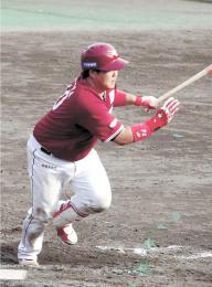 フェニックス・リーグの広島戦、決勝打を放つ石原=19日、宮崎県日南市の天福球場