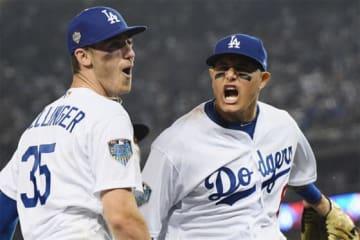 本塁へレーザー送球を披露したドジャースのコーディ・ベリンジャー(左)【写真:Getty Images】