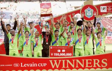 サッカーJリーグのYBCルヴァン・カップ決勝で横浜Mを破り、初優勝を喜ぶ湘南の選手ら=27日、埼玉スタジアム