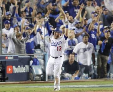 レッドソックス戦の18回、サヨナラ本塁打を放ち大喜びで一塁へ向かうドジャースのマンシー=ロサンゼルス(共同)
