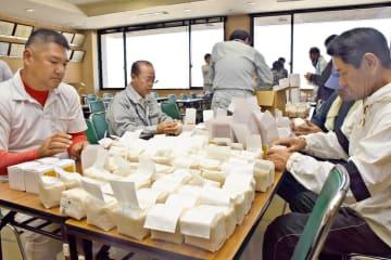 シギの恩返し米の箱詰め作業をする参加者たち=佐賀市の東与賀支所