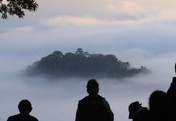 神秘的な光景が広がる越前大野城の「天空の城」=10月25日午前6時45分ごろ(福井県大野市犬山から加藤幸洋さん撮影)