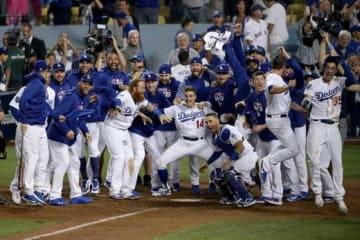 サヨナラ本塁打を放ったマンシーを迎え入れるドジャースの選手たち【写真:Getty Images】