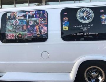 トランプ大統領らのステッカーで覆われたワゴン車=4月撮影(ロイター=共同)