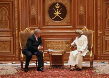 オマーンの首都マスカットで会談するカブース国王(右)とイスラエルのネタニヤフ首相=26日(イスラエル首相府提供・ゲッティ=共同)