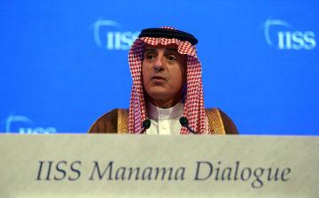 27日、バーレーンで開かれた会合で発言するサウジアラビアのジュベイル外相(ロイター=共同)