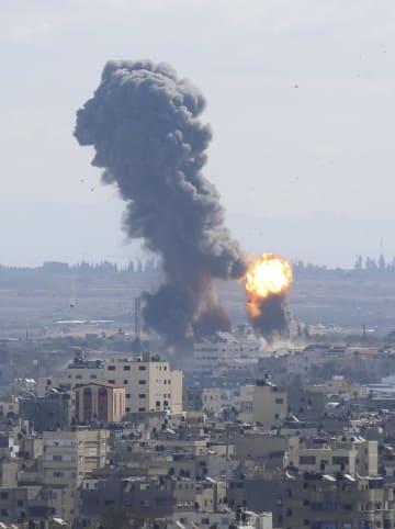 イスラエル軍の空爆によりパレスチナ自治区ガザで上がる煙=27日(AP=共同)