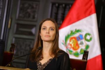 10月23日、国連難民高等弁務官事務所(UNHCR)特使を務める米女優、アンジェリーナ・ジョリーは、経済危機に見舞われる南米ベネズエラから出国を余儀なくされた避難民らへの支持を表明するとともに、彼らを受け入れている南米諸国に感謝の意を示した。提供写真 - (2018年 ロイター/ Courtesy of Peruvian Government Palace/Andres Valle)