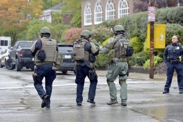27日、米東部ペンシルベニア州ピッツバーグでの発砲事件を受け、現場に展開する警察官(Pittsburgh Post―Gazette提供、AP=共同)
