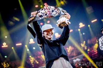 優勝ベルトを掲げる湯浅亜実さん=9月29日、スイス・チューリヒ(Dean Treml/Red Bull Content Pool)