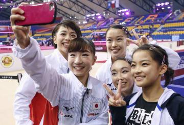 女子予選のすべての演技を終え、記念写真を撮る(左から)村上茉愛、寺本明日香ら日本チーム=ドーハ(共同)