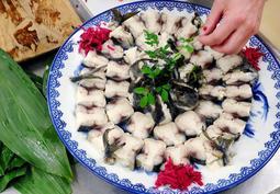 「ひめじ美食クラブTATA」が再現した祭りのサバずし。「特別なごちそうでした」=姫路市総社本町(撮影・大山伸一郎)