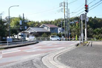 左折しようとした大型トレーラーが横転した殿川橋交差点。トレーラーが走行してきた写真手前の道路で大型貨物車の通行を禁止する=千葉市若葉区中野町