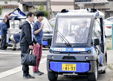 1カ月連続実証実験に備え車両試験を行う関係者=10月26日、福井県永平寺町