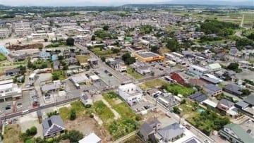 熊本地震で被災した建物の公費解体が完了した益城町。中央は木山交差点=6月15日、益城町(池田祐介、小型無人機で撮影)