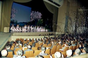 バレエなどの催しで長崎ブリックホールの開館を祝った=1998年10月1日、長崎市茂里町