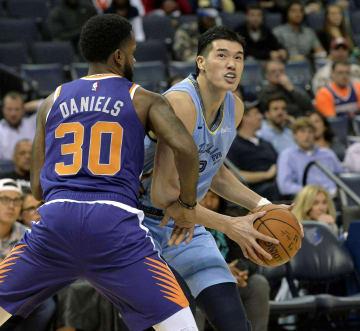 NBAのサンズ戦で初めて出場選手登録され、プレーするグリズリーズの渡辺雄太(右)=メンフィス(AP=共同)