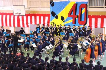 作曲者、福島さんの指揮で創立40周年記念曲「天と地の祈り」を披露する吹奏楽部=県立長崎北陽台高