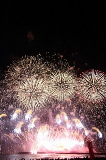 サザンオールスターズの曲に合わせて打ち上げられた花火=サザンビーチちがさき