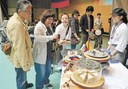 コロンビアの郷土菓子を基にした創作スイーツが並ぶカフェ