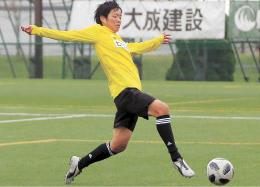 ホーム最終戦に向けた練習のミニゲームでシュートを決める浜田=27日