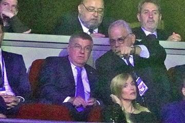 UWWネナド・ラロビッチ会長とともに試合を観戦するIOCトーマス・バッハ会長