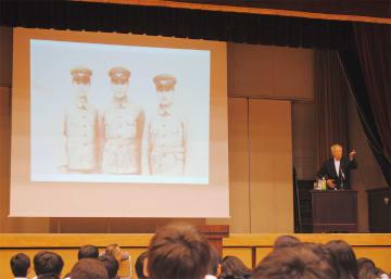 スライドを使って語りかける北島さん(右)