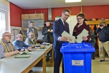 28日、ドイツ西部ヘッセン州議会選挙で投票する社会民主党(SPD)の候補(左)(ゲッティ=共同)