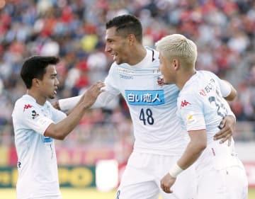 名古屋―札幌 前半、自身2点目のゴールを決め、祝福される札幌・ジェイ(48)=パロマ瑞穂
