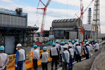 廃炉に向けた作業が進む原子炉建屋を望む。左から2号機、3号機、4号機(福島県・福島第1原発)