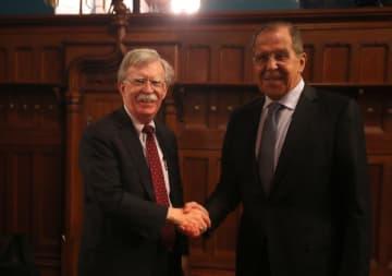 モスクワで会談したロシアのラブロフ外相(右)とボルトン米大統領補佐官=22日(ロシア外務省提供、ゲッティ=共同)
